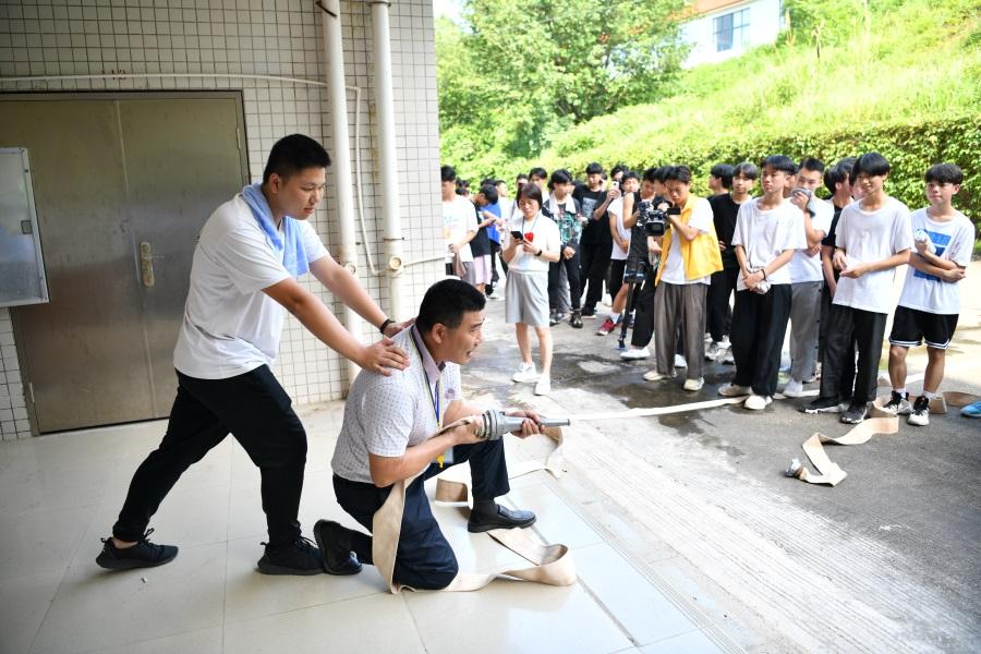 3指导师生正确使用消防器材。.JPG