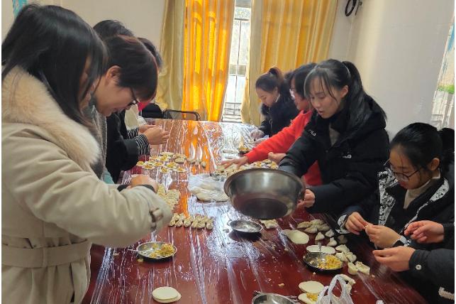 """""""饺子香喷喷,你我一家亲"""" ——教职工庆元旦活动"""
