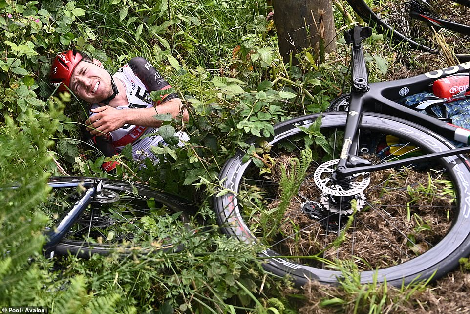 44731207-9729833-One_of_the_cyclists_Swiss_star_Marc_Hirschi_found_himself_thrown-a-222_1624801261973.jpg