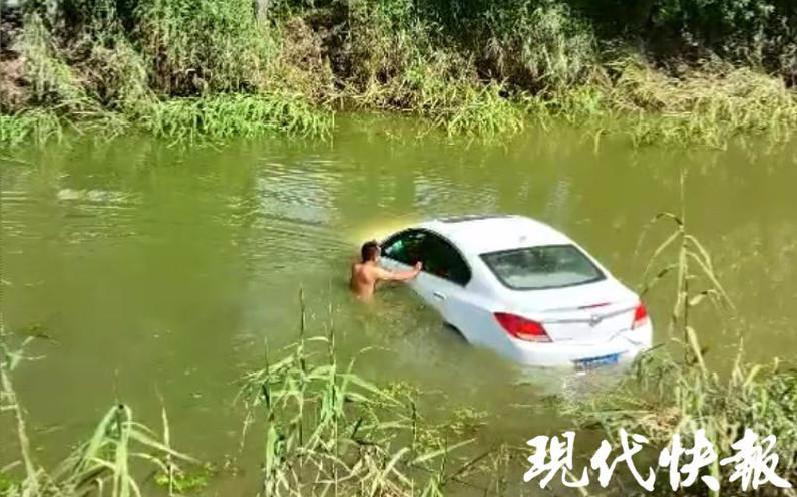 阜宁一轿车坠河司机昏迷不醒,正在下沉……