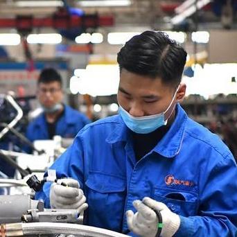 工人在位于西安的陕汽集团生产线上作业(11月2日摄)。新华社.jpg